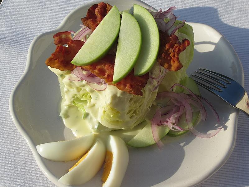 lattuga iceberg presentata come wedge salad all'americana