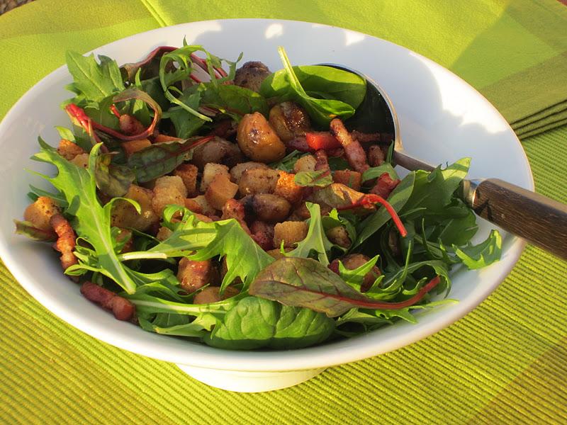 insalata con castagne in insalatiera bianca