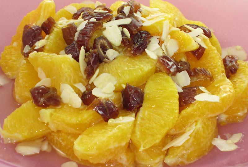 insalata di spicchi d'arancia, mandorle a lamelle e datteri a pezzetti
