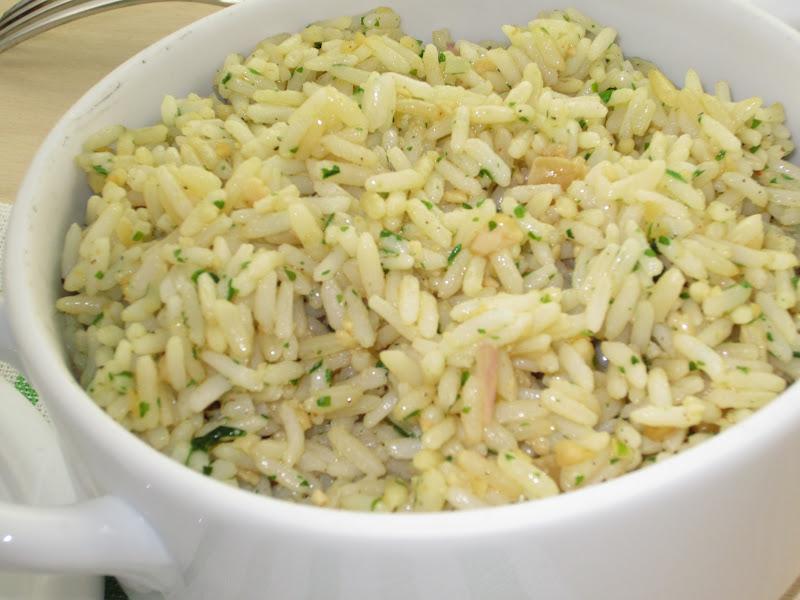 insalata di riso con arachidi in ciotola bianca