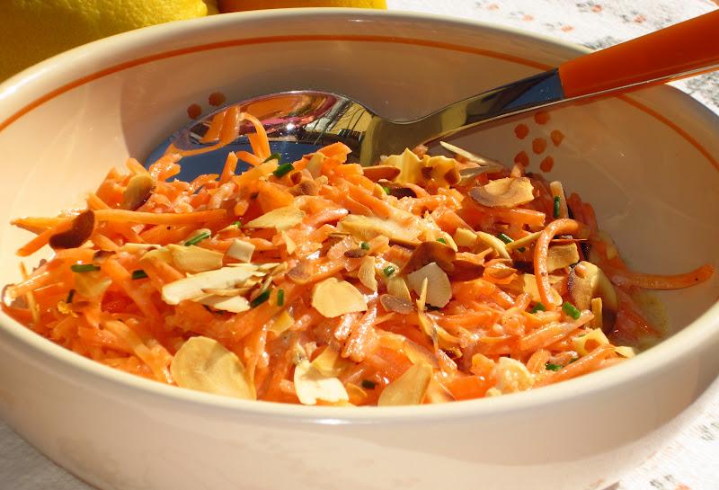 insalata di carote in ciotola bianca
