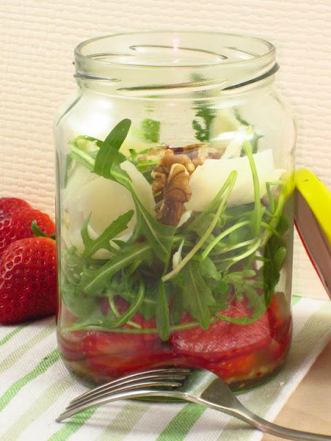 insalata di fragole e rucola in barattolo