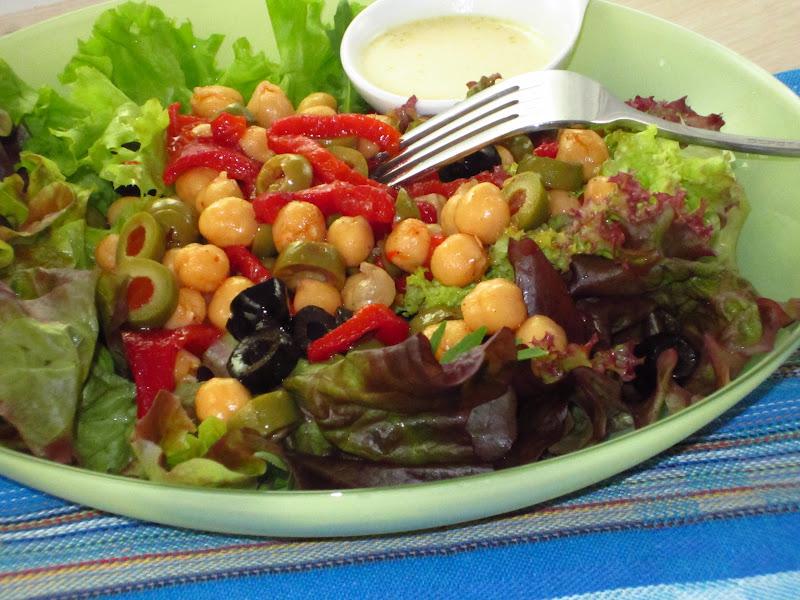 insalata con ceci su piatto verde