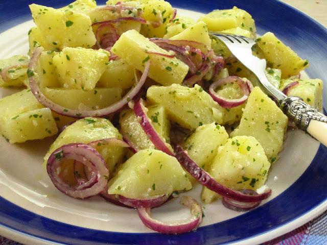 insalata di patate con anelli di cipolla