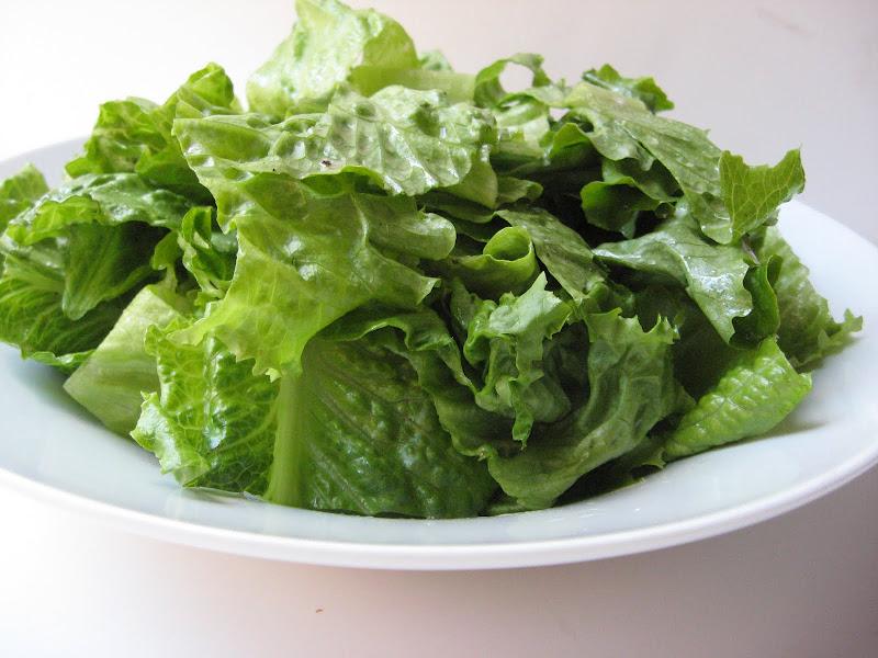 foglie di lattuga su piatto bianco