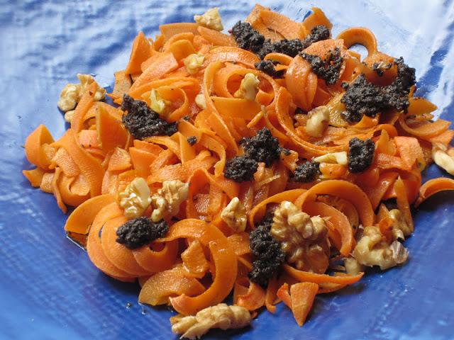 insalata di carote su piatto blu