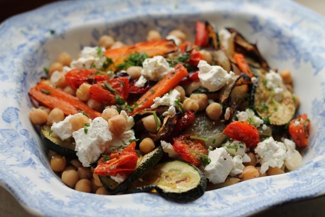insalata di verdure grigliate, ceci e feta