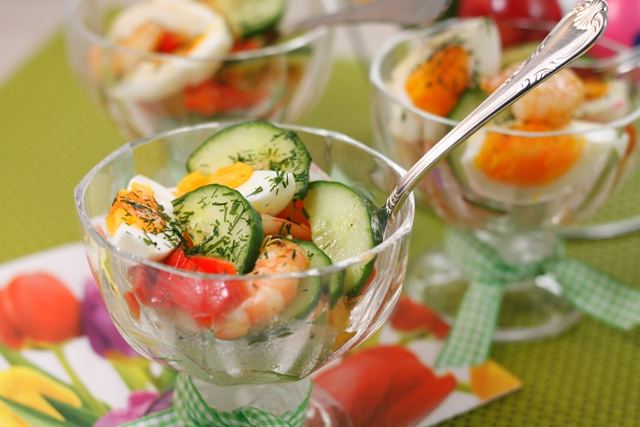 insalata coloratissima con uova e cetrioli in coppette di vetro