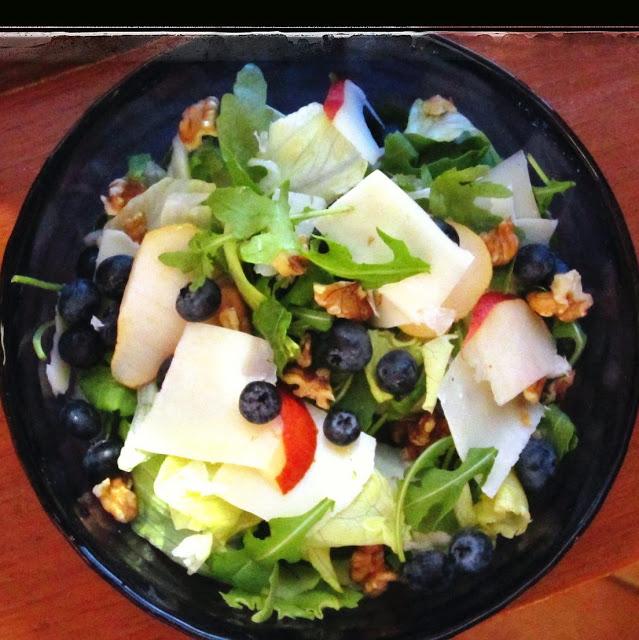 Insalatiera blu con insalata con pere e mirtilli