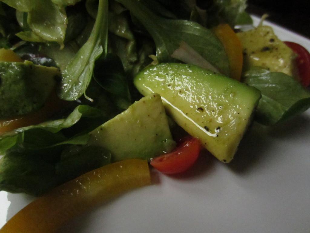 Nella foto si vedono dei pezzetti di avocado marinato