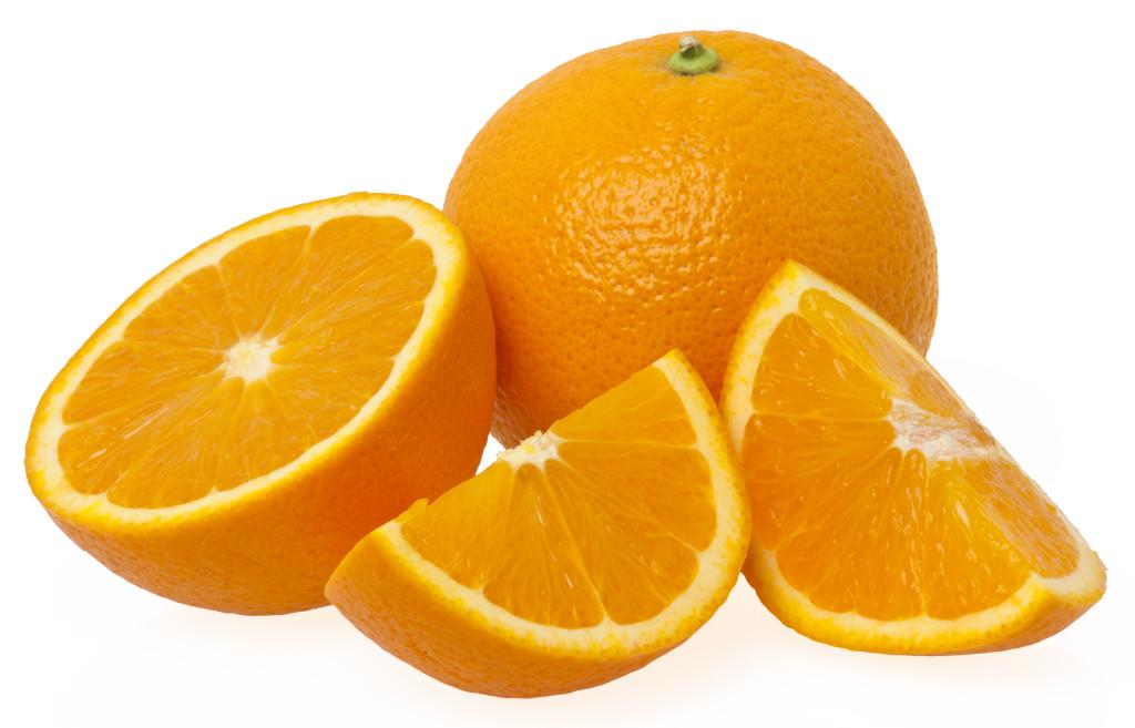 Nella foto si vedono due arance, una intera e una tagliata a metà e a spicchi