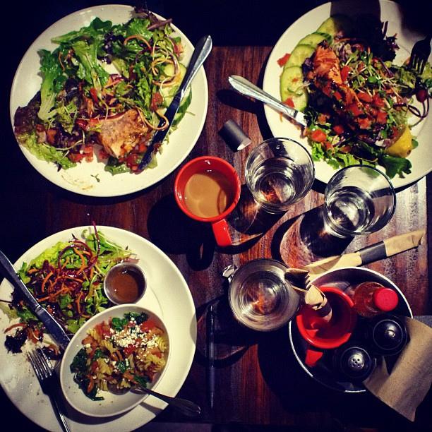 Foto con tre tipi di insalata