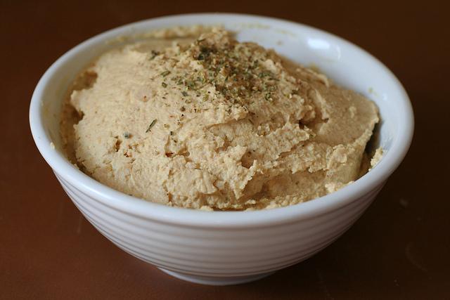 Foto di una ciotola bianca contenente dell'hummus
