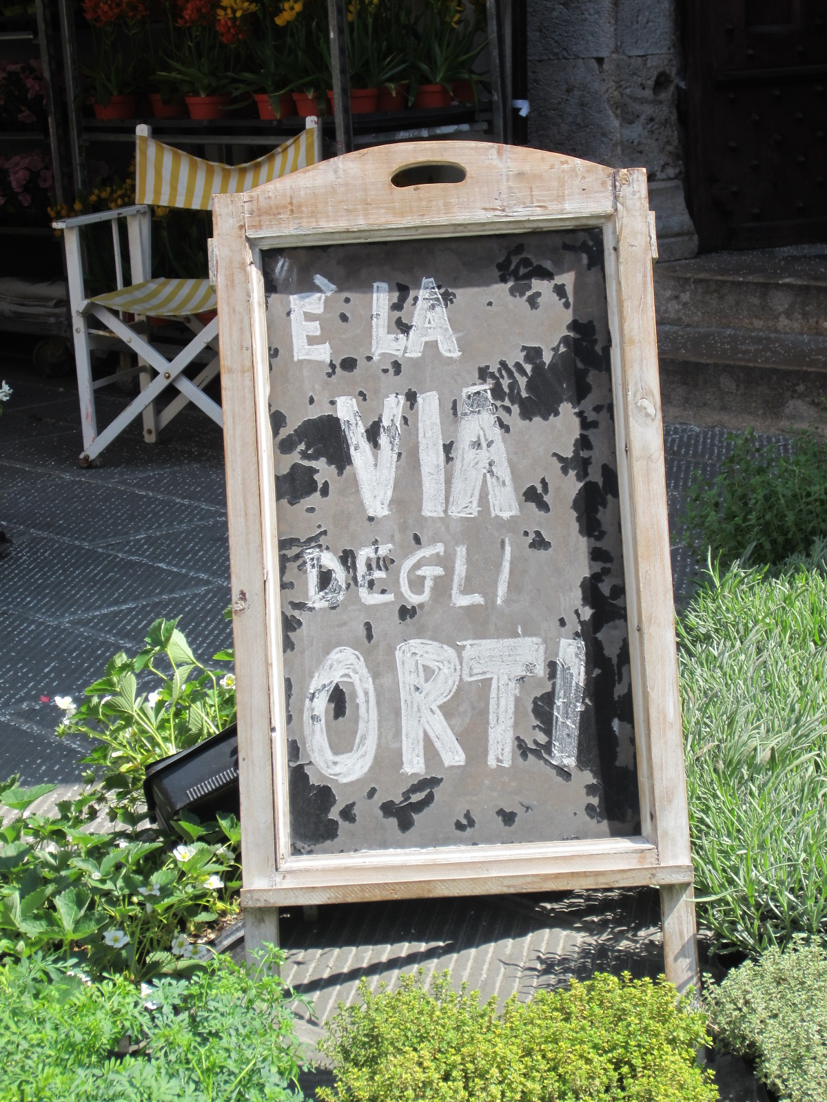 La foto mostra una lavagna con la scritta  è la via dell'orto