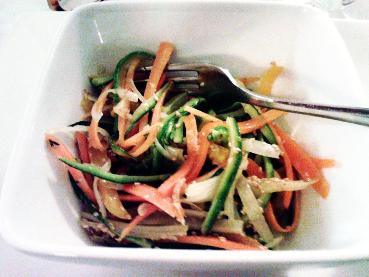 nella foto si vede una ciotola di verdure a lamelle