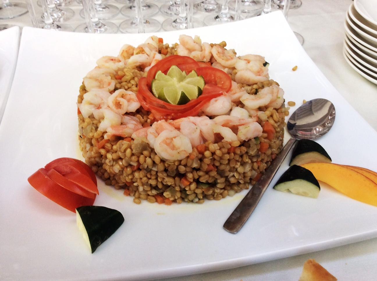 Nella foto si vede un'insalata di grano a forma di torta