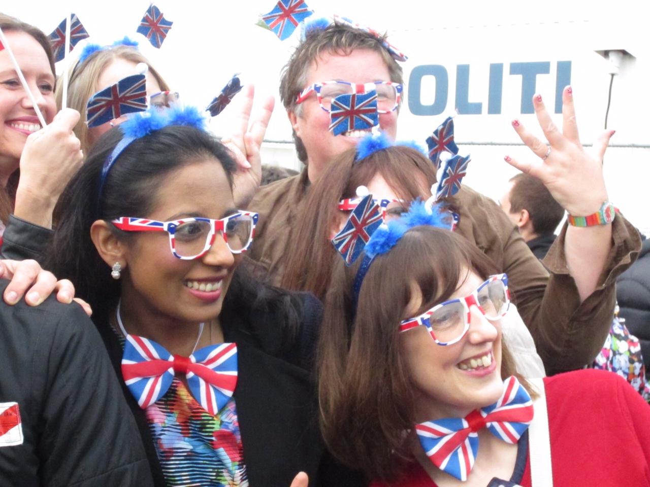 quattro donne vestite con accessori che ricordano la bandiera britannica