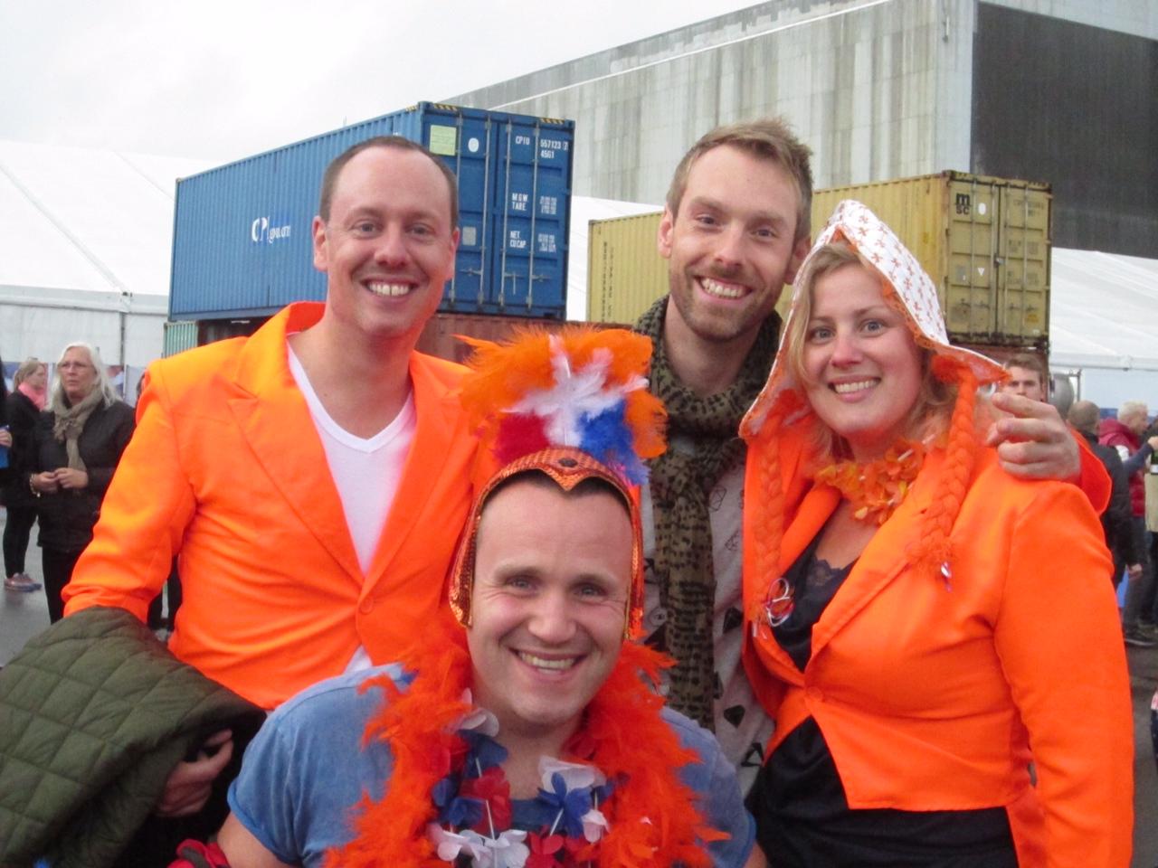 quattro persne, di cui tre vestire con abiti e dettagli arancioni