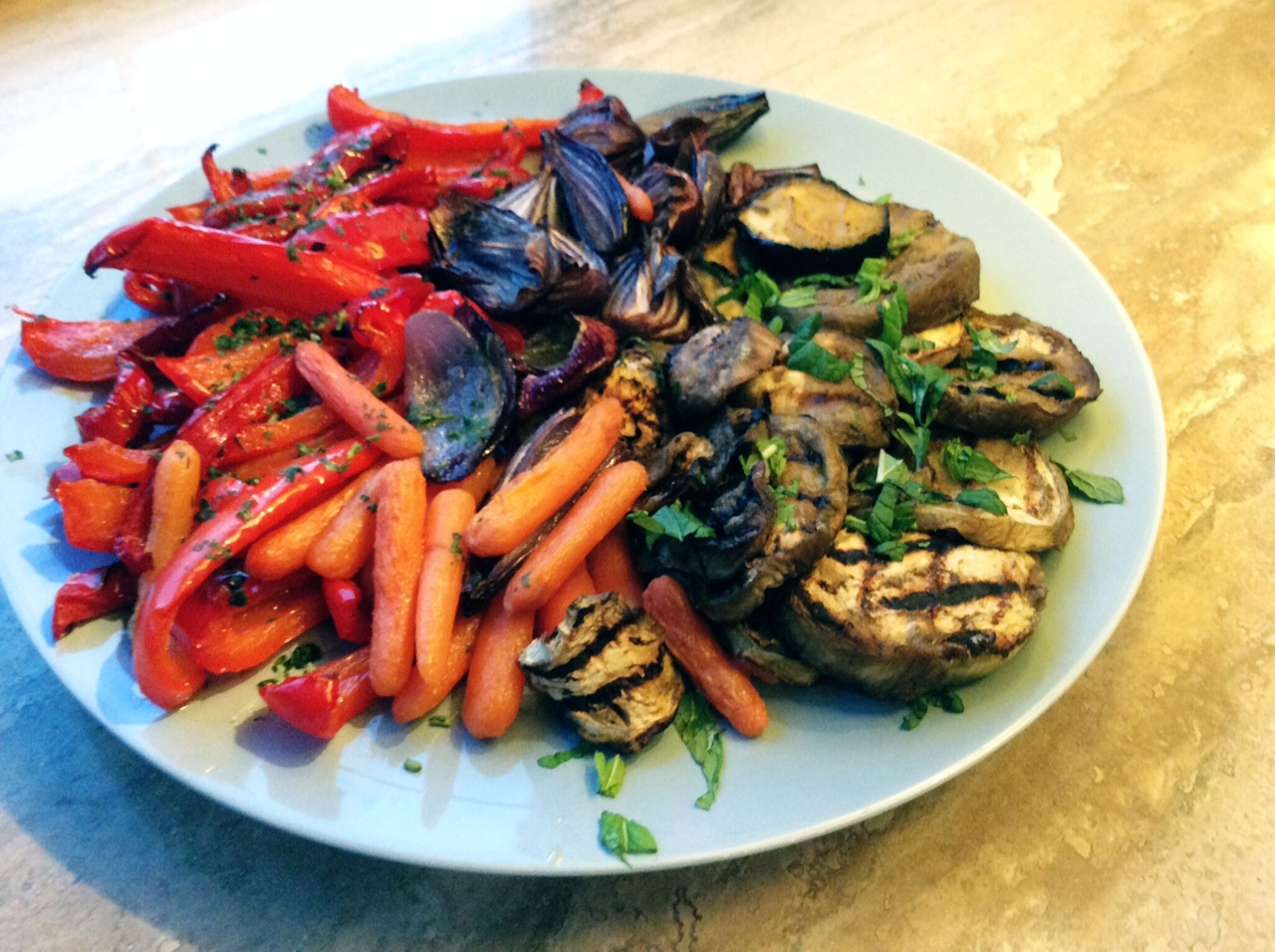 Piatto tondo con verdure grigliate multicolori
