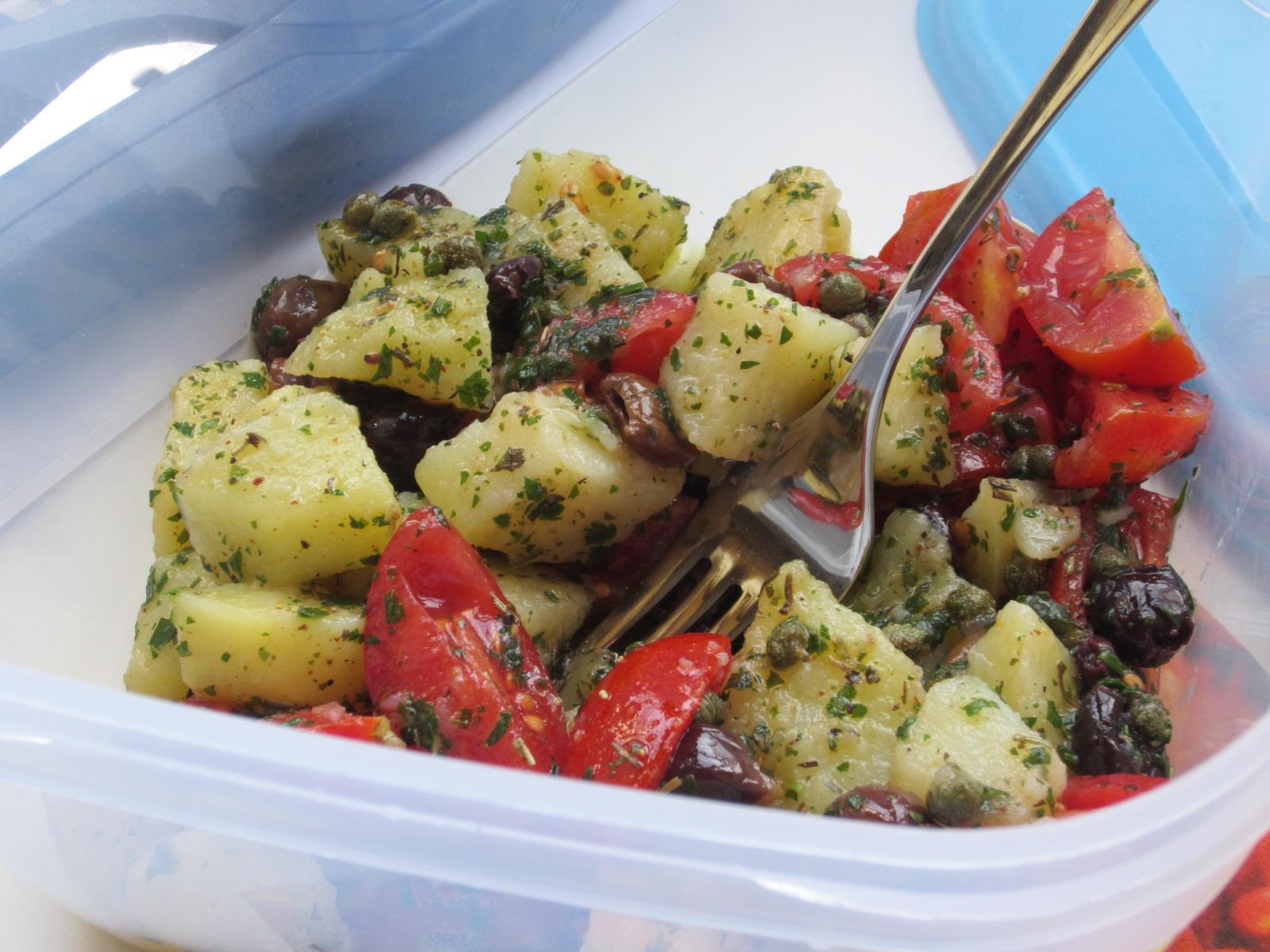 Nella foto si vede un'insalata di patate