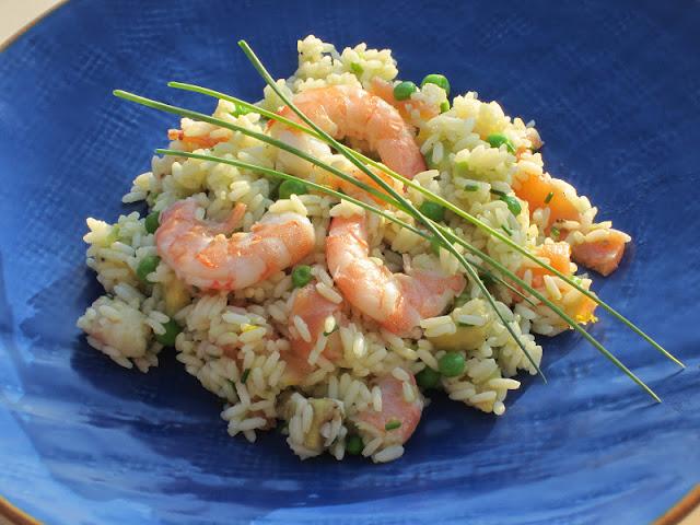 Piatto blu con insalata di riso con mazzancolle