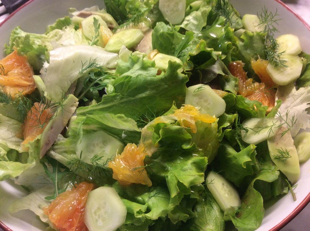 foto ravvicinata di insalata con arancia cetrioli e aneto