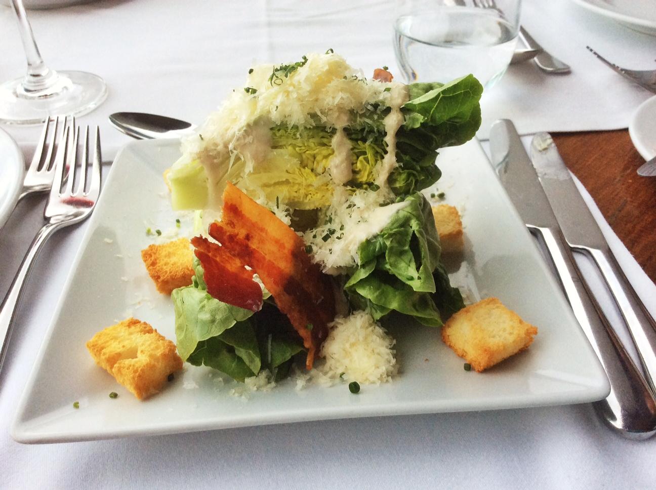 foto di caesar salad su piatto bianco