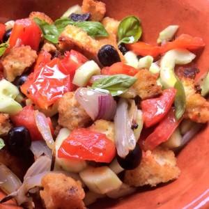 foto ravvicinata di insalata con crostini