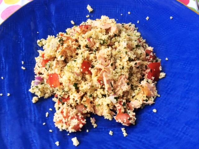 Insalata di cous cous al salmone su piatto blu