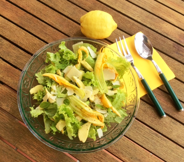 Insalata con fiori di zucchina in un'insalatiera