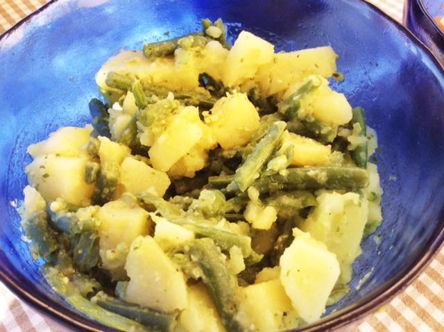 Insalata di patate e fagiolini in insalatiera blu