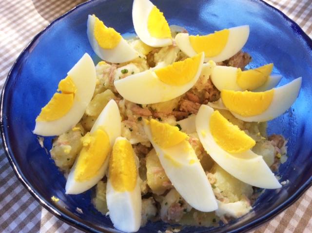 Insalata di patate, uova e tonno in ciotola blu