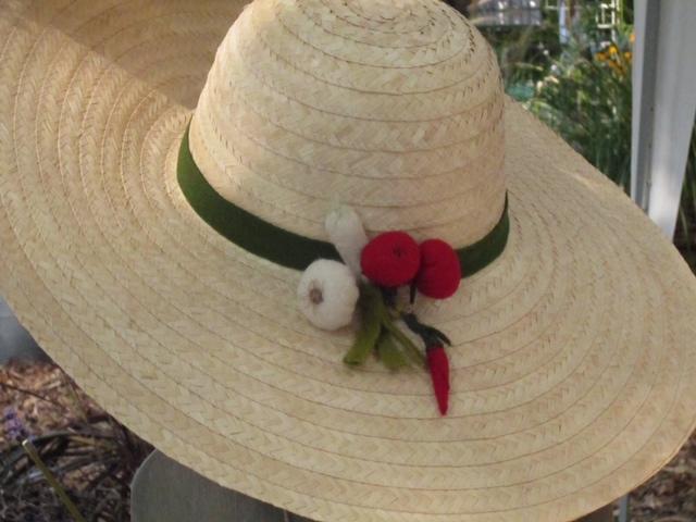 Cappello con ortaggi in feltro esposto a Murabilia