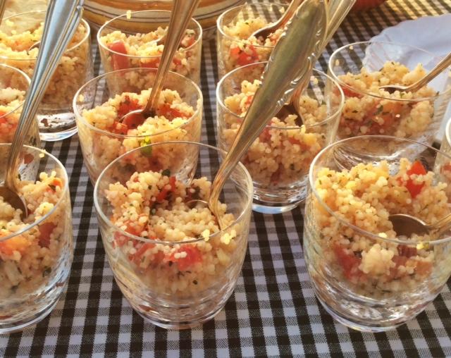 Bicchierini contenenti insalata di cous cous