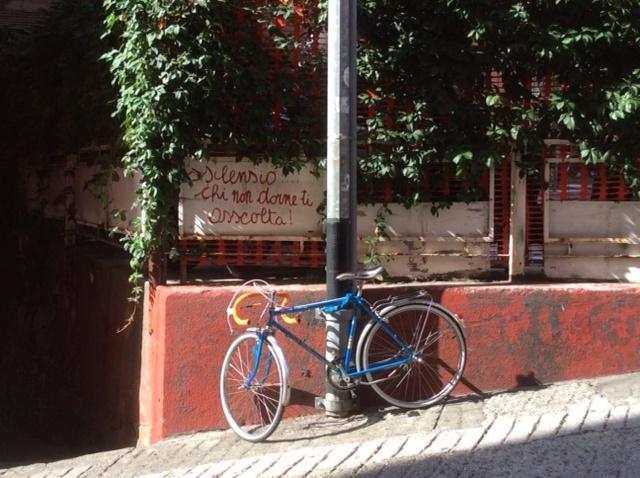 Foto di bicicletta e cartello che invita al silenzio