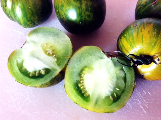 Pomodori verdi Green Zebra tagliati