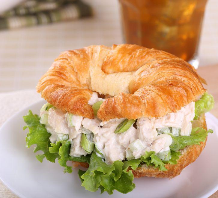 Croissant farcito con insalata di pollo
