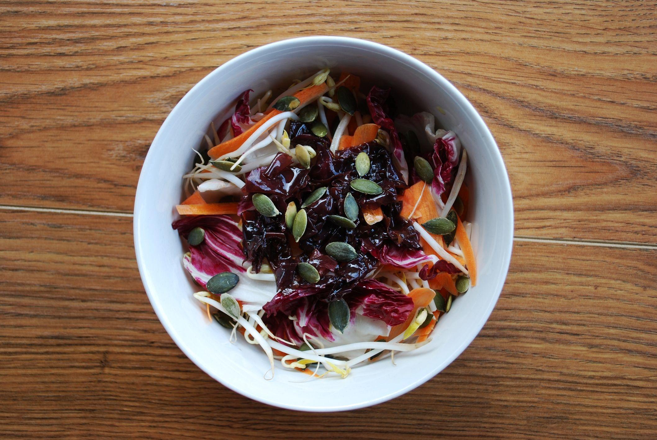 Insalata di radicchio, cavolo rosso e carote con semi di zucca