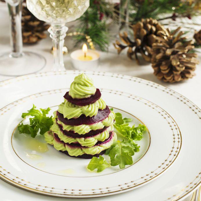 Alberello di Natale di barbabietola e mousse di avocado