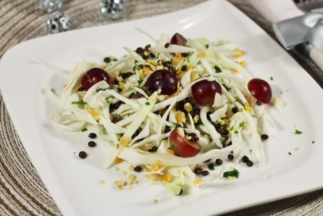 Insalata di cavolo, lenticchie e uva