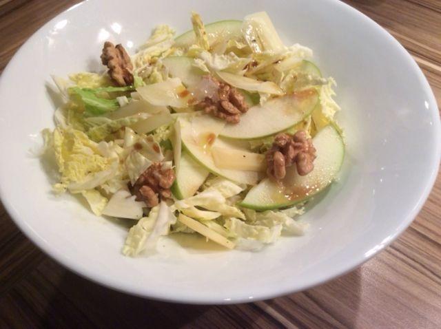 Insalata di verza e mela con noci in insalatiera bianca