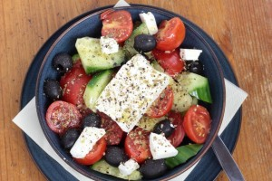 insalata greca in ciotola blu