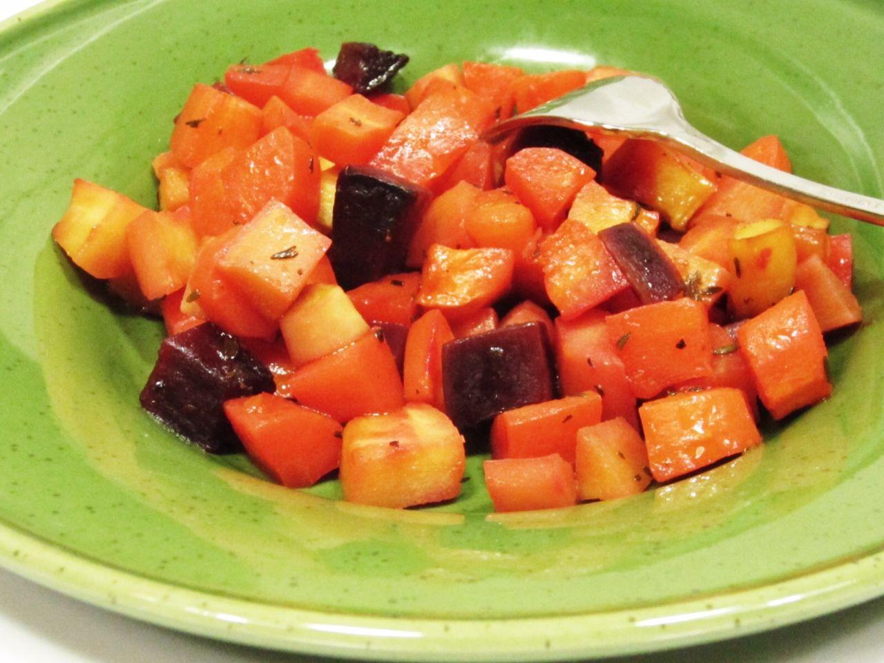insalata di carote e barbabietola su piatto verde