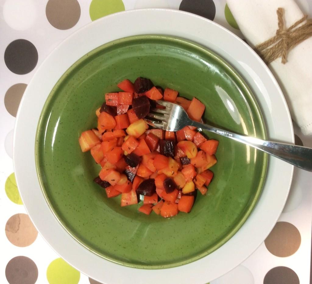 Insalata di carote, barbabietola e pastinaca su piatto verde