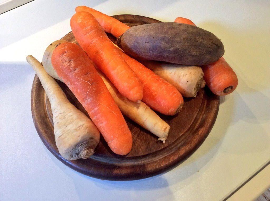 barbabietola, carota e pastinache su tagliere di legno