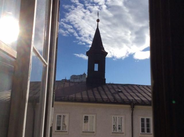 Vista sulla Hohensalzburg attraverso una finestra