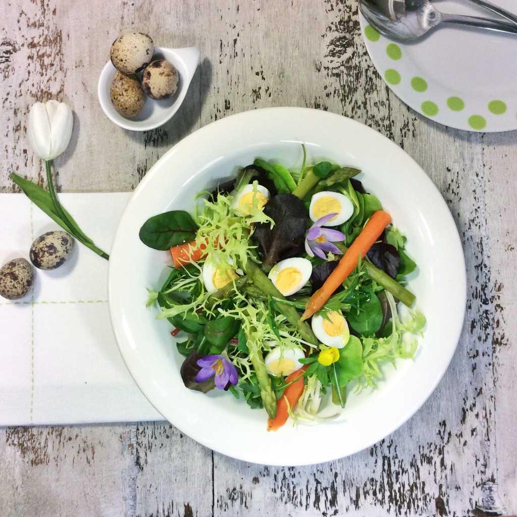 insalata con foglie verdi, carote, asparagi e fiorii