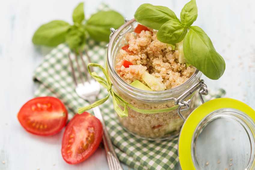 insalata di quinoa in vasetto di vetro