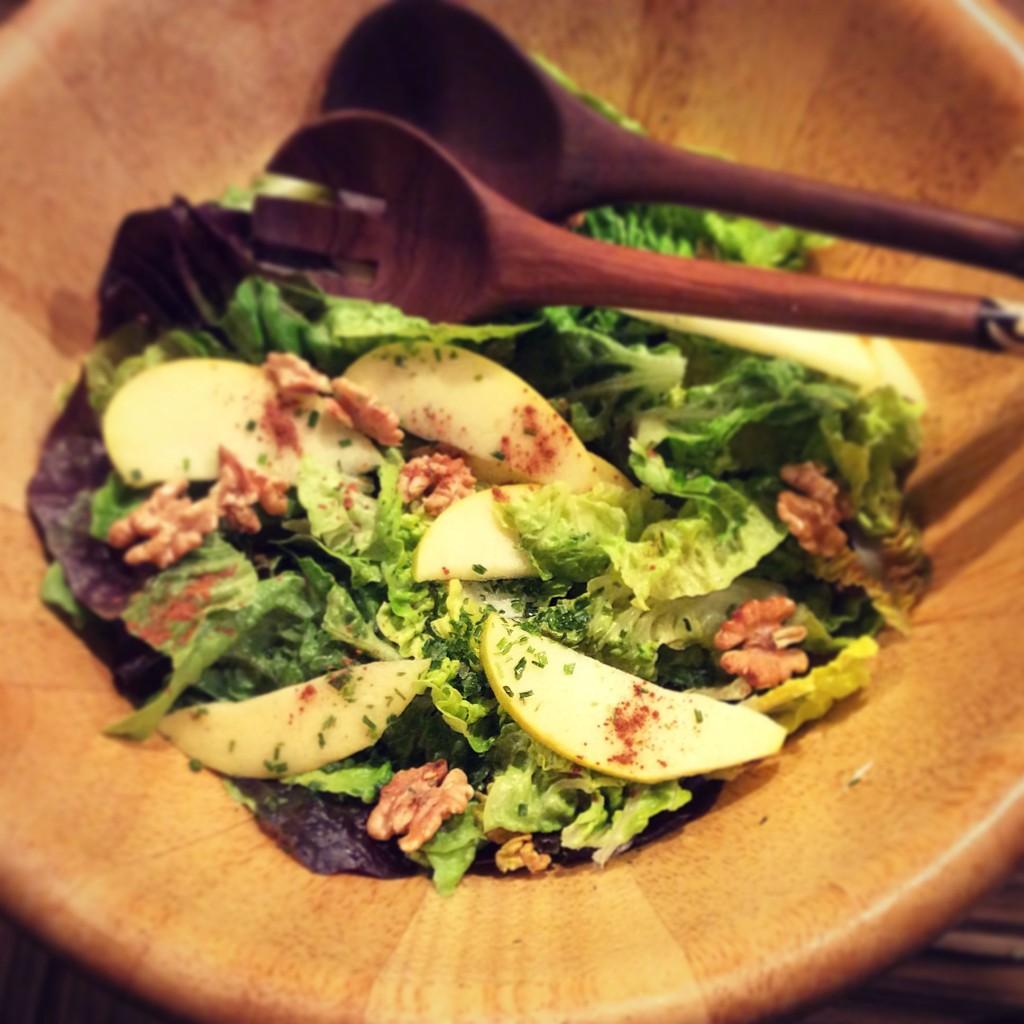 Insalatiera di legno con insalata di lattuga e mela