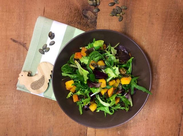 insalata con zucca su piatto marrone